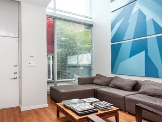 Modern 2 Bedroom Townhouse with Private Rooftop Oasis by Stadiums, Vancouver