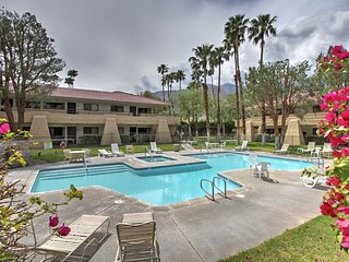 Crisp 1BR Mid-Century Modern Palm Springs Condo w/Wifi, Nice Views & Pool Access - Ideal Ground Floor Location! Adjacent to Palm Springs Aerial Tramway & Minutes to Downtown