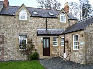 ROSE COTTAGE, open fire, pet-friendly, lawned garden, set on working farm, Hutton, Berwick upon Tweed, Ref 940733
