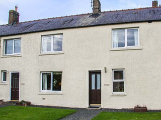 MIDDLE COTTAGE, pet-friendly, lawned garden, open fire, Hutton, Berwick upon Tweed, Ref 940736