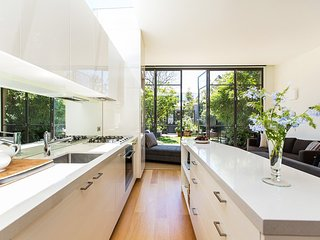 Bluegarden - Elegant 2 bedroom, 2 bathroom home in Melbourne