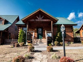 A Little Bit of Heaven - Pigeon Forge Getaway! Hot Tub - Game Room - WIFI -Minutes to Attractions!