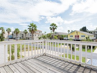 For LARGE FAMILIES: PRIVATE BEACH HOUSE, 1/2 block from the beach! Casa Meyer