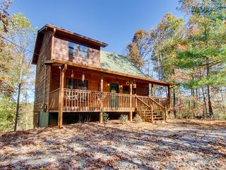 Rustic and romantic w/ hot tub, shared pool, mountain view, porch & large deck, Ellijay