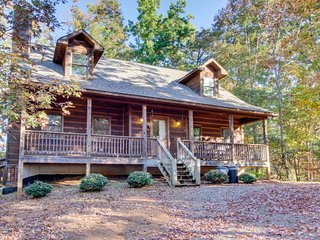 Dog-friendly cabin w/private hot tub, access to shared pools, golf, fishing pond, Ellijay