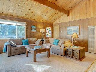 Cozy mountain cabin w/ entertainment - close to the town, lake & ski slopes!