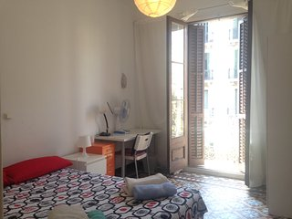 Amazing double room with sunny balcony, Barcelona