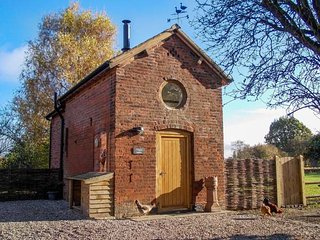 CHEQUER STABLE, woodburning stove, mezzanine bedroom near to Congleton, Ref 26406