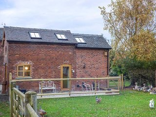 CHEQUER STABLE, woodburning stove, mezzanine bedroom near to Congleton, Ref 2640