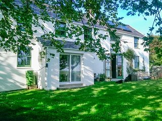 KINGSFOLD, lovely views, woodburners, WiFi in Pembroke, Ref 941784