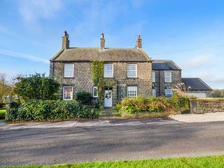 HAZLEHEAD HOUSE, woodburner, open fire, WiFi, pet-friendly, nr Holmfirth, Ref