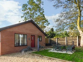 SYCAMORE COTTAGE, all ground floor, hot tub, WiFi, near Poulton-le-Fylde, Ref 948482, Poulton Le Fylde
