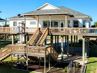 Chic Treasure Island Beach Home, Wraparound Views, Freeport