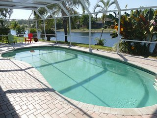 Sunset/Lake View 3BR Pool Home, Modern - Elegant , fully remodeled !, Bonita Springs