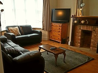 Large 3 bedroom house in Worthing 300m to the beach sleeps 8 with parking