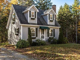 2BR, 2BA Paradise Point Road Cottage in East Boothbay - Walk to Pebble Beach!