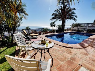 4 b. villa with private swimming pool and sea views in Benalmadena, Benalmádena