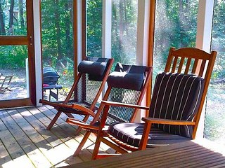 Charming Kid Friendly Cottage by Park 2/2 Sleeps 7 and includes golf cart