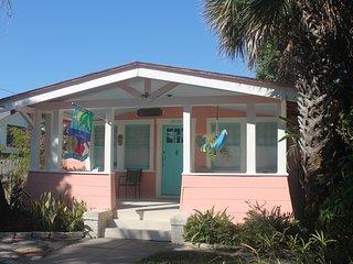 Coronado Palms Coastal Cottage - Pet Friendly, Galveston Island
