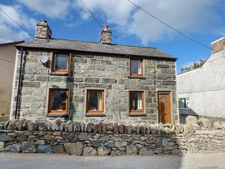 SNOWDON VIEW detached stone cottage, woodburning stoves, pet-friendly, enclosed garden, Llanrug, Ref 933010