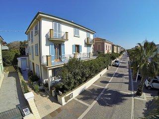 BILOCALI MIRAMARE SUITES lungomare, a pochi passi dalla spiaggia di Cecina Mare, Marina di Cecina