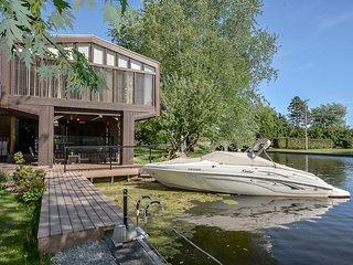 Gorgeous Waterfront Villa, Brechin