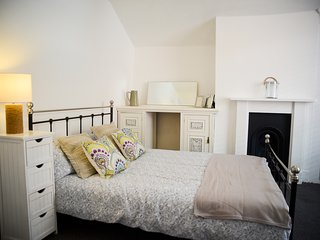 The Old Laundry. Character cottage, town centre 200m to the beach. Sleeps 6, Worthing