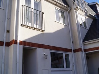 Central Aberdovey Apartment, 3 Bedrooms, sleeps up to 8 persons with car park,