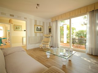 Villa Ester - Elegant apartment 200m from beach with large private courtyard