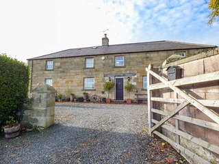 THE OLD COACH HOUSE, detached, en-suites, WiFi, lawned garden, pet-friendly, Warkworth, Ref 941228