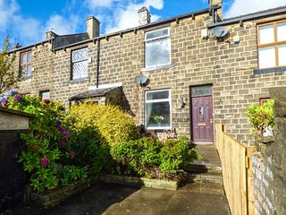 FELL COTTAGE, WiFi, garden and patio, ideal touring base, Haworth, Ref 941737