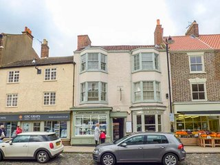 ANGEL APARTMENT 3, town centre, above bistro, good touring base in Stokesley Ref 944170