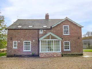 FOREMAN'S HOUSE, detached, woodburning stove, gardens with barbecue, Bridlington