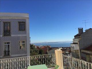 Ap32 - Amazing 3 bedrooms apartment with large terrace and river view, Graça, Lisbon