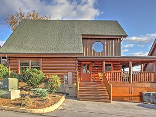 """Cubbie's Cabin"" Luxurious 2BR Sevierville Cabin w/Wraparound Porch! Come Experience the Great Smoky Mountains"