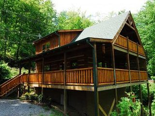 1 Bedroom log cabin sleeps 4 / wifi, pool table, hot tub and mountain view