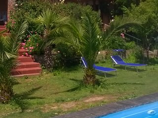La casona se encuentra inserta en el secano interior rodeada de jardines y arbol