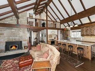 Powder Run Lodge  - Gorgeous Luxury 3 BR w/ Hot Tub - Minutes to Ski Lifts