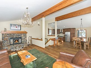 Sherwood Chalet - Remodeled 3 BR Mountain Escape in Spectacular Setting