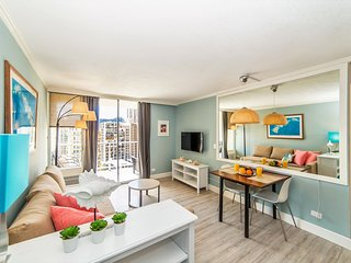 Remodeled 2 Bedroom Condo in the heart of Waikiki | 5 Minutes to Beach | Parking, Honolulu