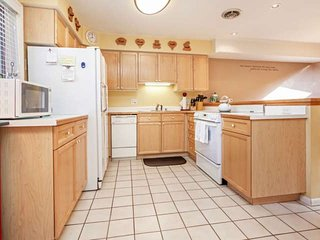 Fully equipped, spacious kitchen with everything you need to enjoy meals with family and friends.