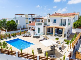 Luxury 5 Bed Villa in Coral Bay Heated Pool & Hot Tub Walk to Beach in Minutes, Peyia
