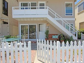 Pet Friendly 1st Floor Dplx - Patio & Courtyard - Steps to the Bay or Beach!