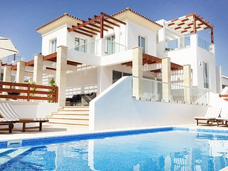 Modern VILLA, heart of Coral Bay, 2 min from beach, PRIVATE Heated Pool