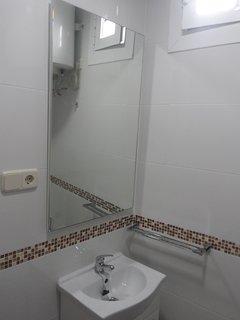 Baño. Lavabo, inodoro y ducha grande