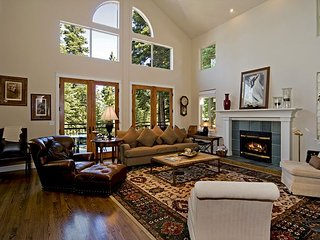 Big Springs 6 BR in Northstar - Sleeps 13 - HOA Pool, Hot Tubs, & Ski Shuttle, Truckee