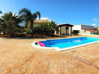 AL049 Villa con piscina privata 11 posti letto bbq parcheggio interno giardino