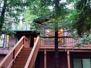 Blue Lake Springs MARTIN'S PINES Cabin has a Rec Room & huge Deck Space, Arnold
