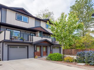 FULLY LOADED 1600 sqft 2 private bedrooms, 2 1/2 baths, all appliances and more!, Victoria