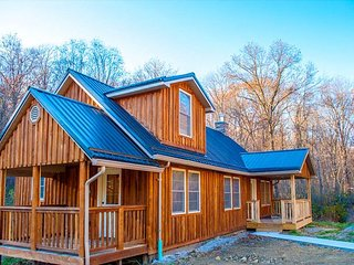 OVR's Cottage on Meadow Run.  Cozy Cabin Overlooking Beautiful Natural Stream, Farmington